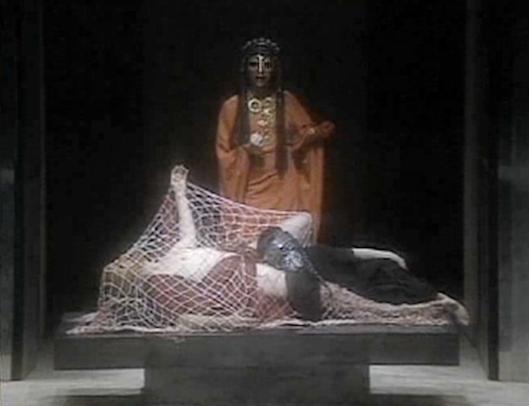 """H Κλυταιμήστρα πάνω από τα πτώματα του Αγαμέμνονα και της Κασσάνδρας. Σκηνή από την """"Ορέστεια"""" του Peter Hall."""
